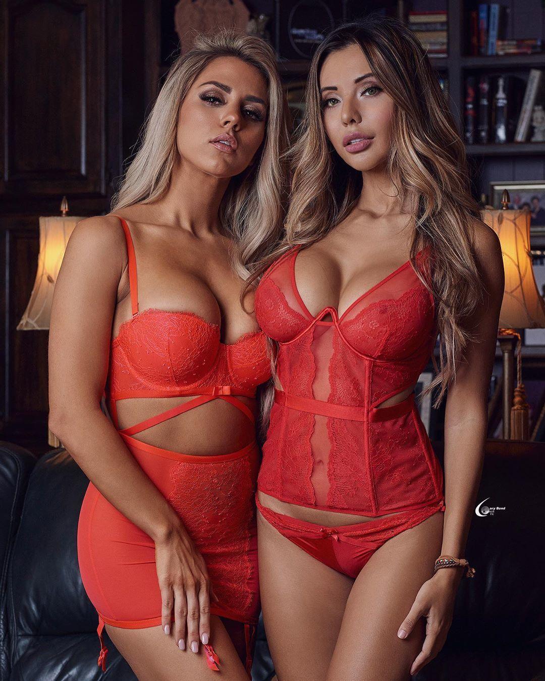 Горячие девочки в красном нижнем белье
