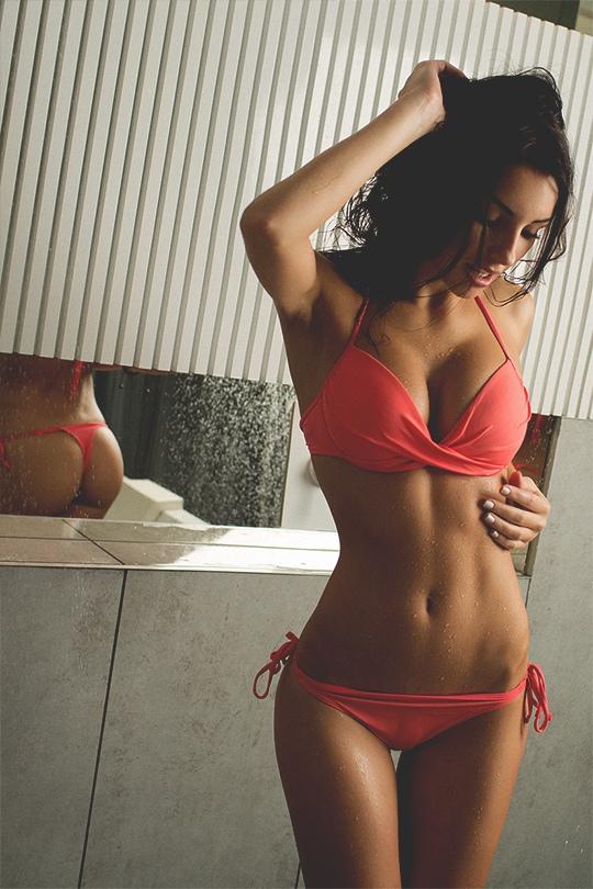 Сексуальная девочка в красном купальнике