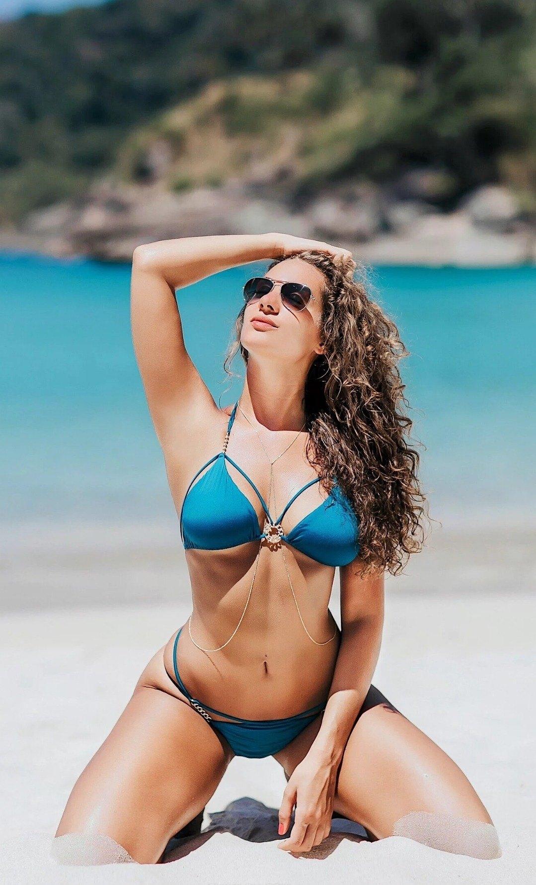 Очень сексуальное фото кудрявой дамы в синем купальнике