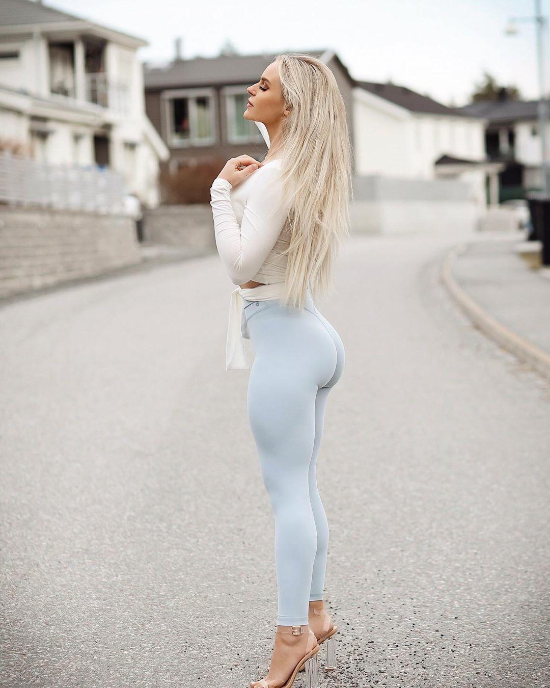 Абалденная попка блондинки в белых леггинсах