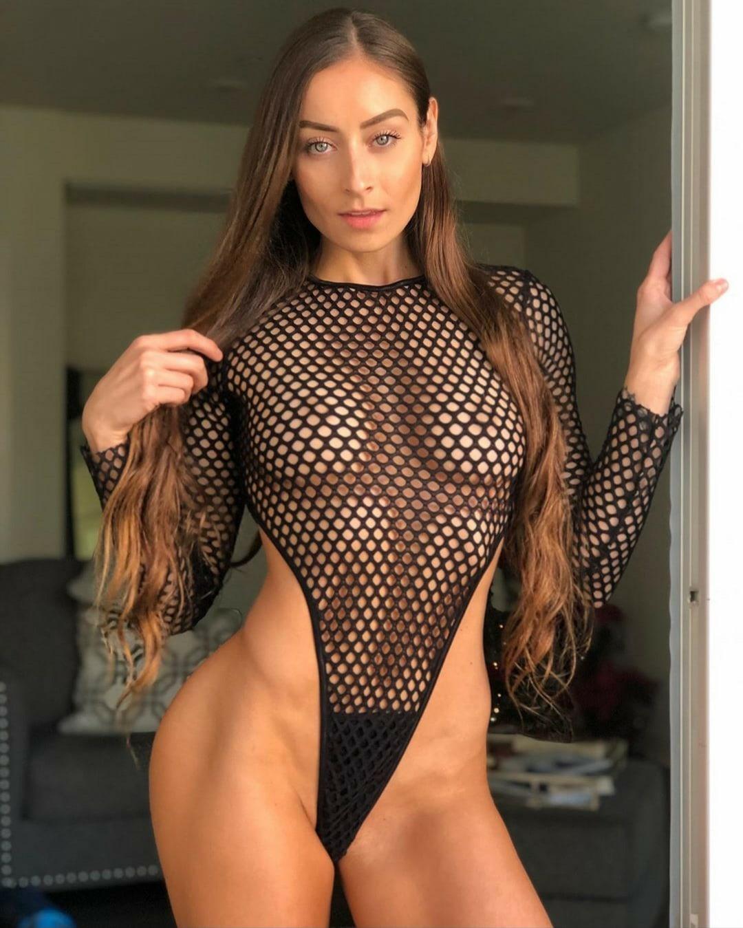Жопастая спортсменка в прозрачной эротической сеточке (2 фото)