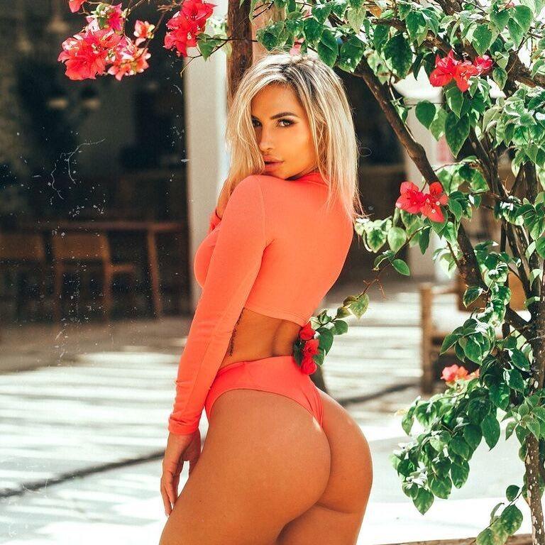 Сексуальное фото жопастой блондинки