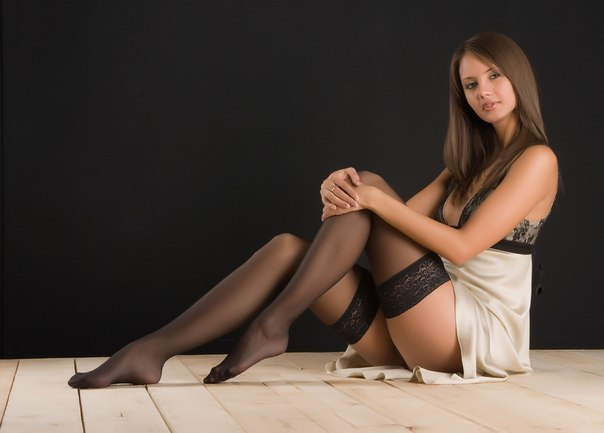 Эротическая фотосесия девушки в чёрных нейлоновых чулках
