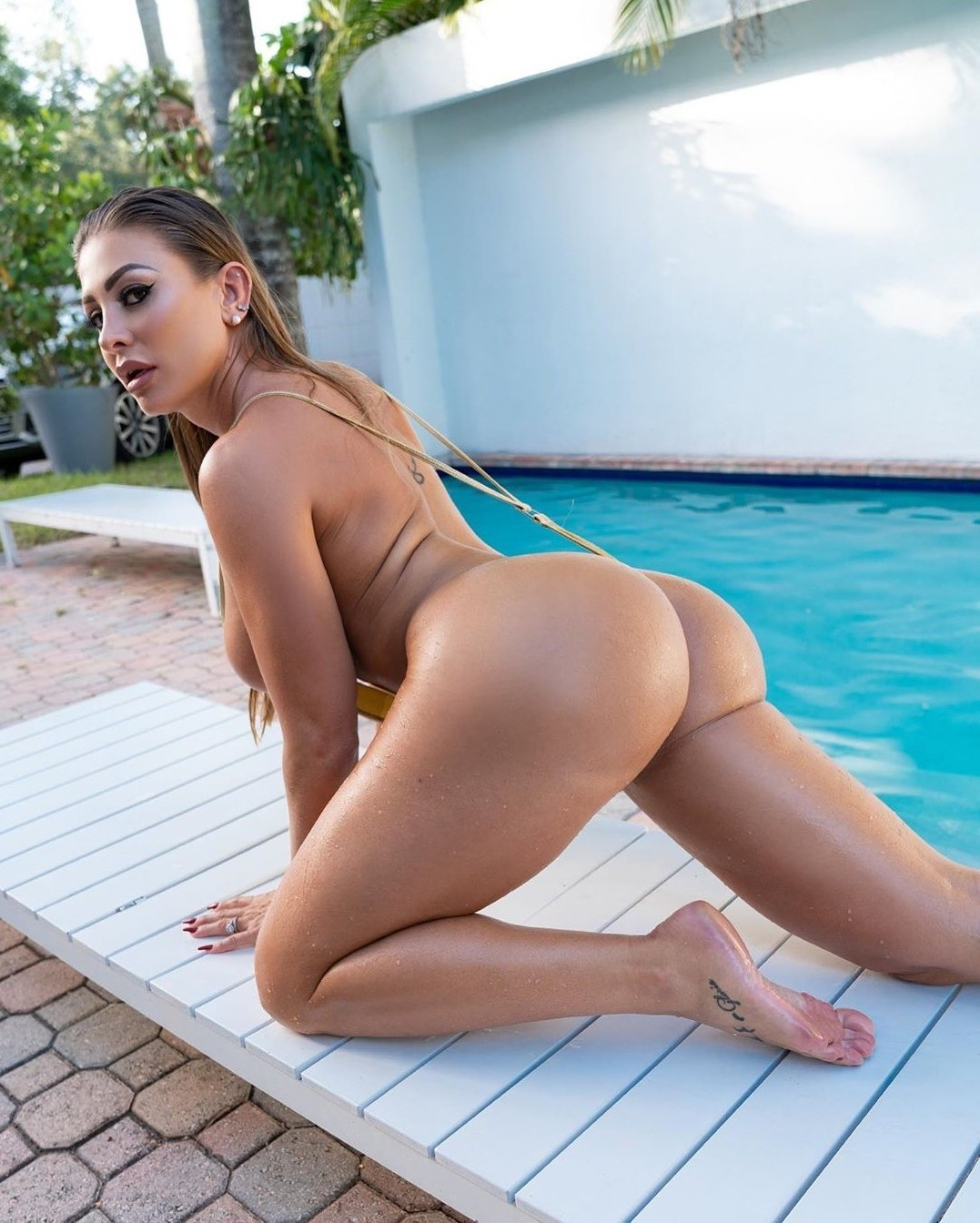 Жгучая каварная порнозвезда с круглой попкой эротично позирует