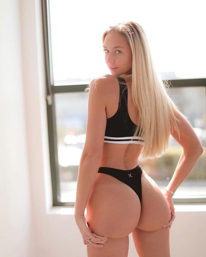 Блондинка демонстрирует большой попец утром