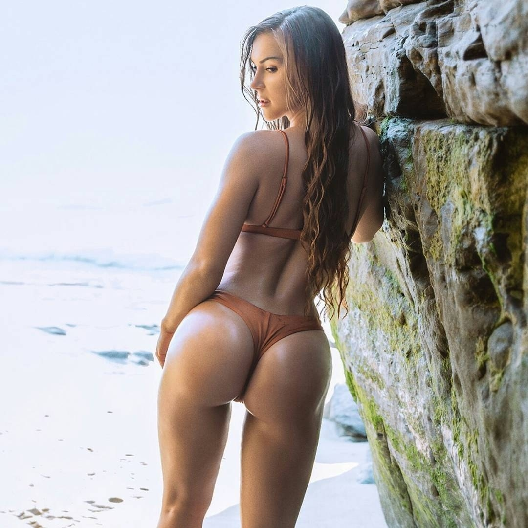 Дамочка с красивым влажным телом на берегу