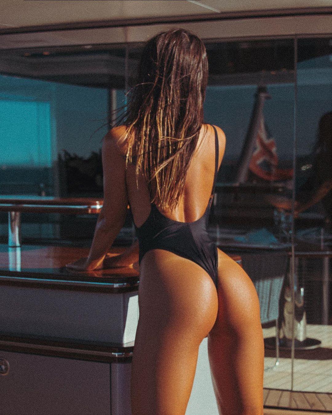 Брюнетка хвастается загорелой попкой на яхте