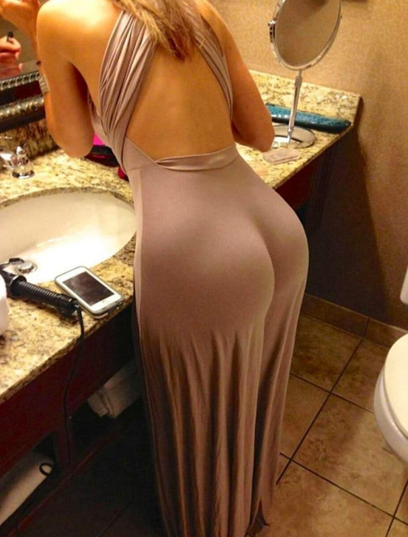 Дама в новом откровенном платье забыла одеть трусики