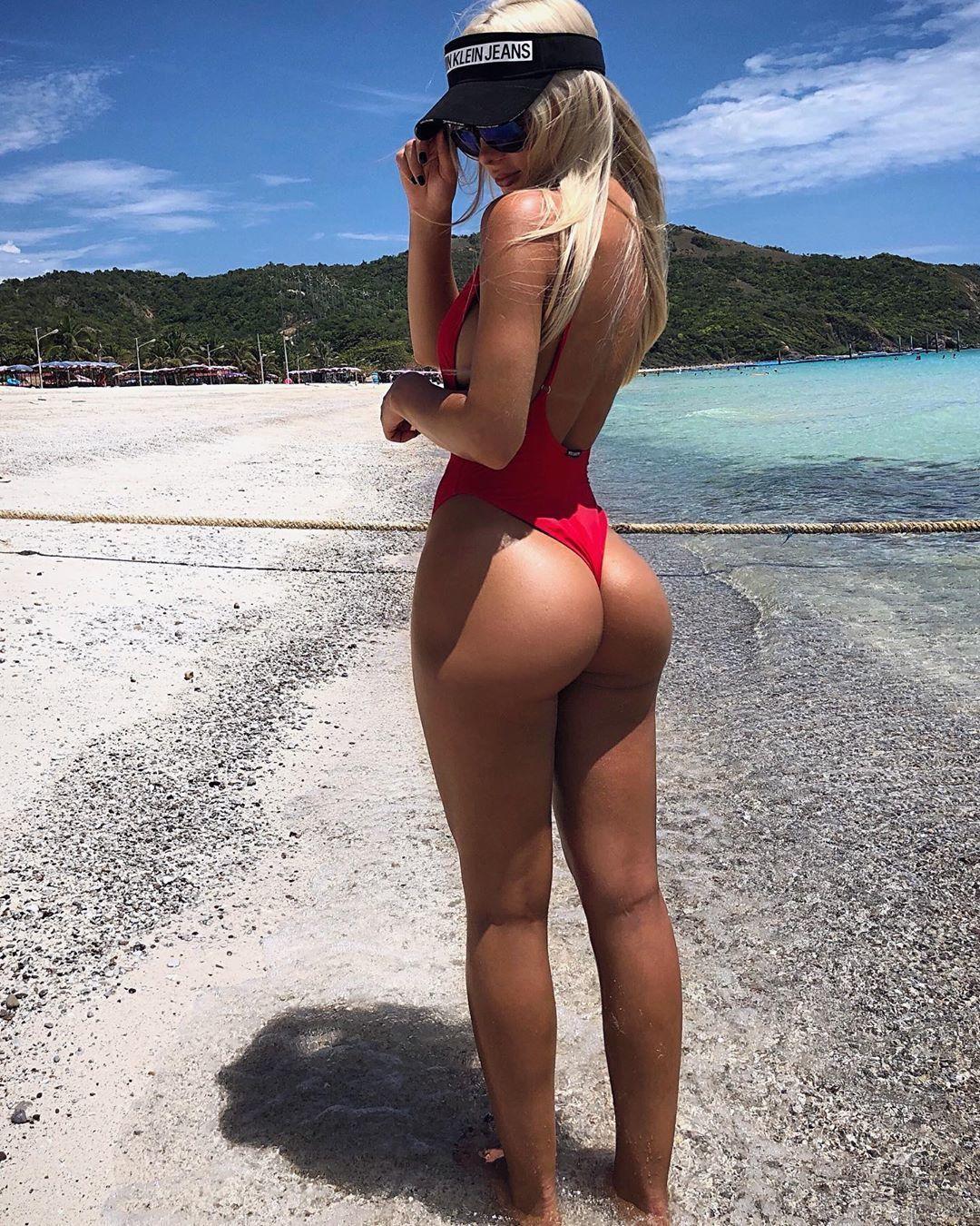 Сочная попка в красном купальнике на море