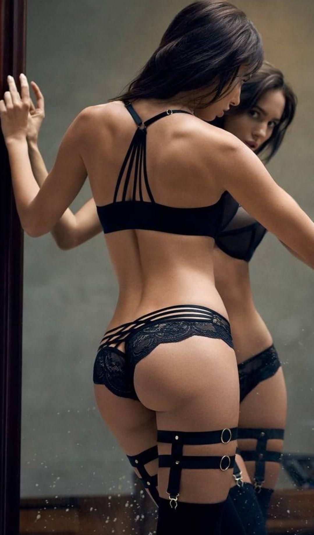 Эффектная брюнетка в соблазнительном нижнем белье