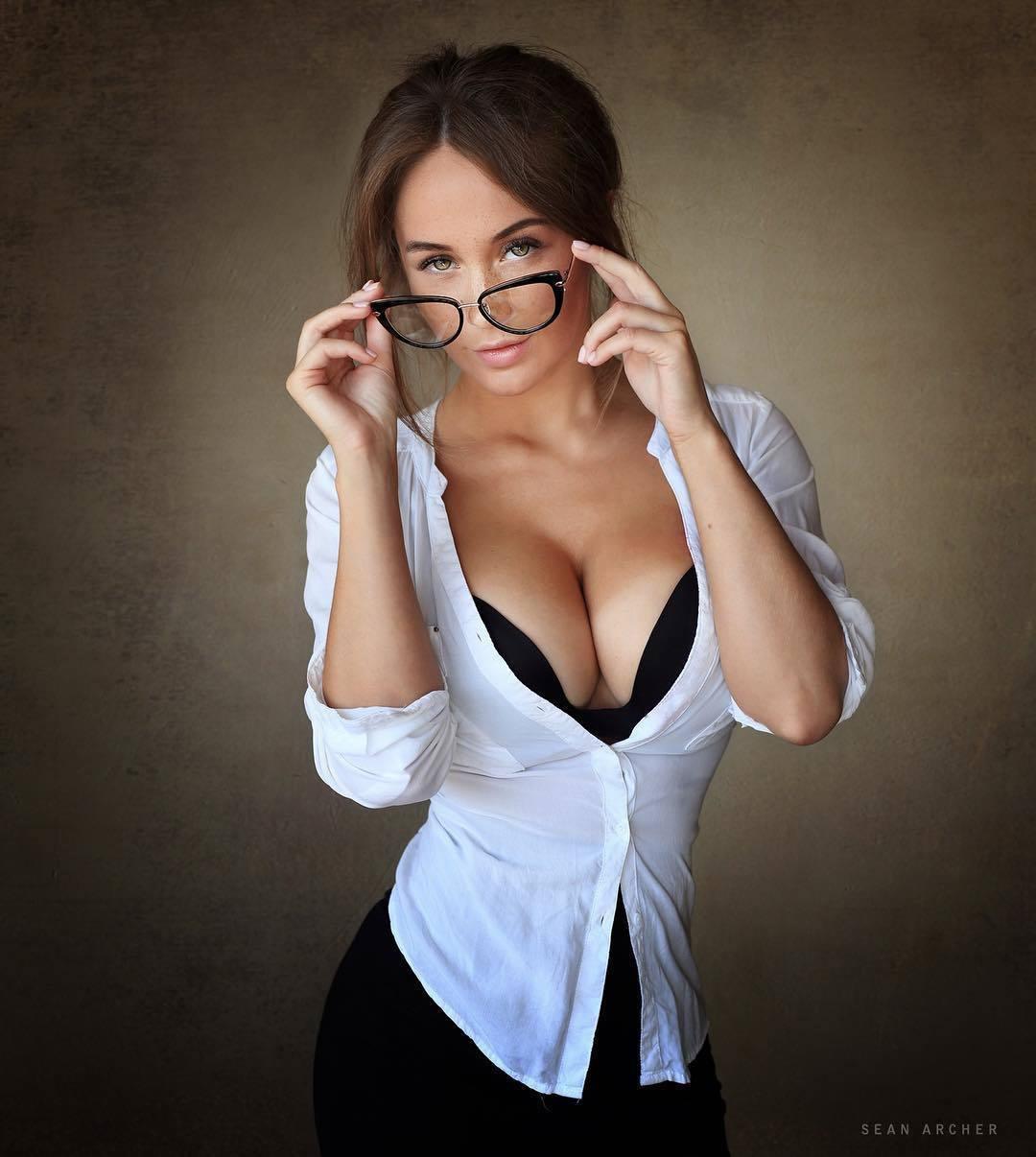 Красивая очаровательная училка делает сексуальные фото