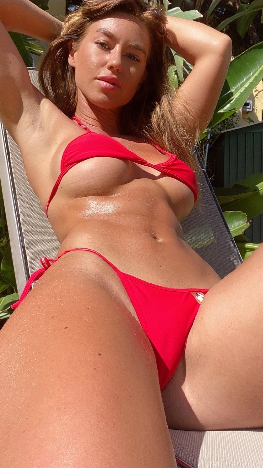 Сочная тёлочка загорает в красном откровенном купальнике