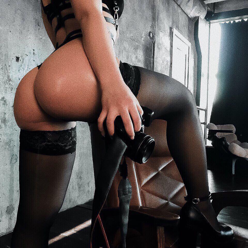 Сексопильная фотограф в эротической одежде и чулках