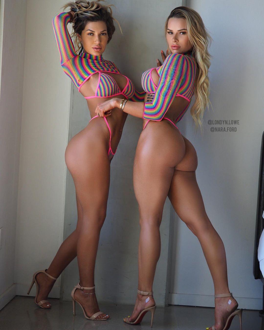 Сексуальные подружки с накаченными задницами фоткаются