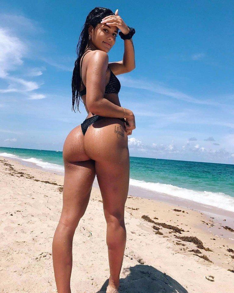 Брюнетка с огромной загорелой задницей на песчаном берегу