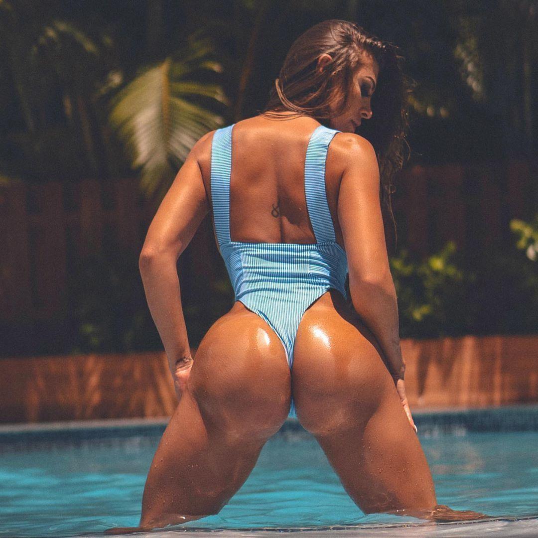 Женщина с сочной загорелой задницей в бассейне