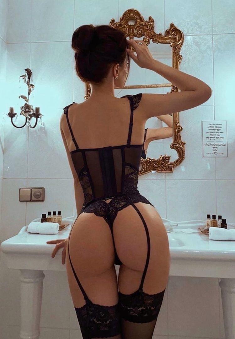 Дама в эротическом наряде прихорашивается