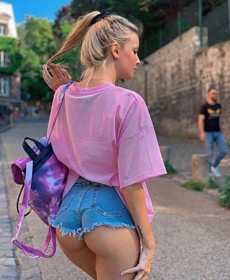 Студентка в откровенных шортах гуляет по горду