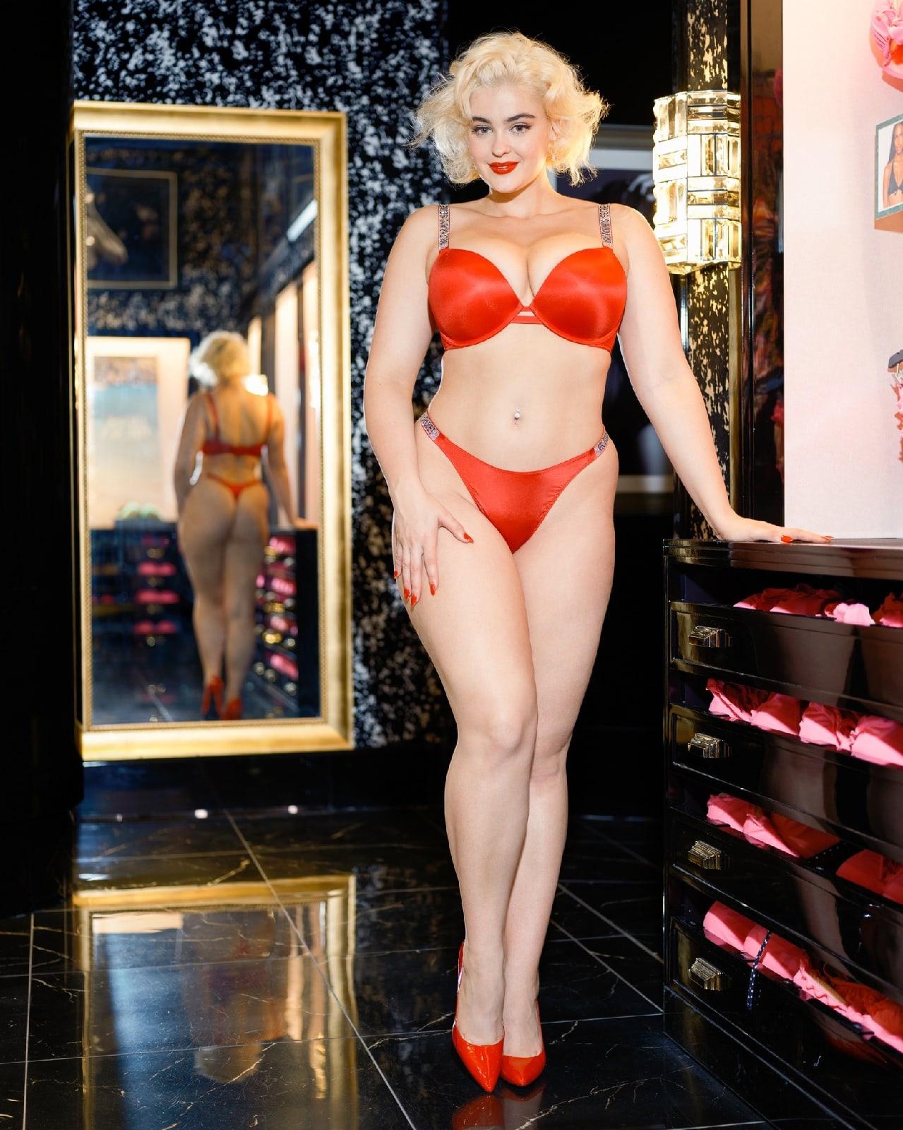 Пышная дама в красном эротическом белье