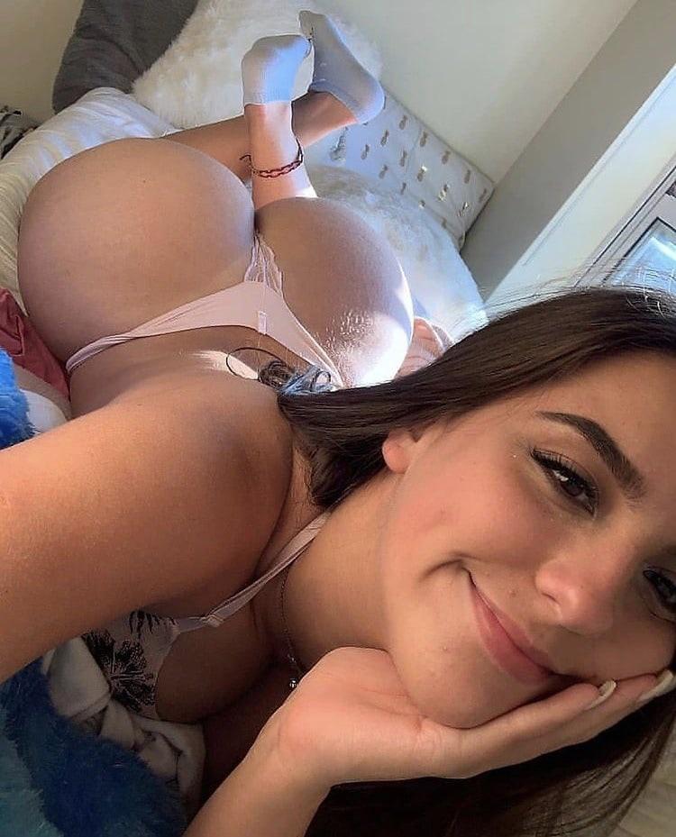 Милая развратница делает селфи в сексуальном белье