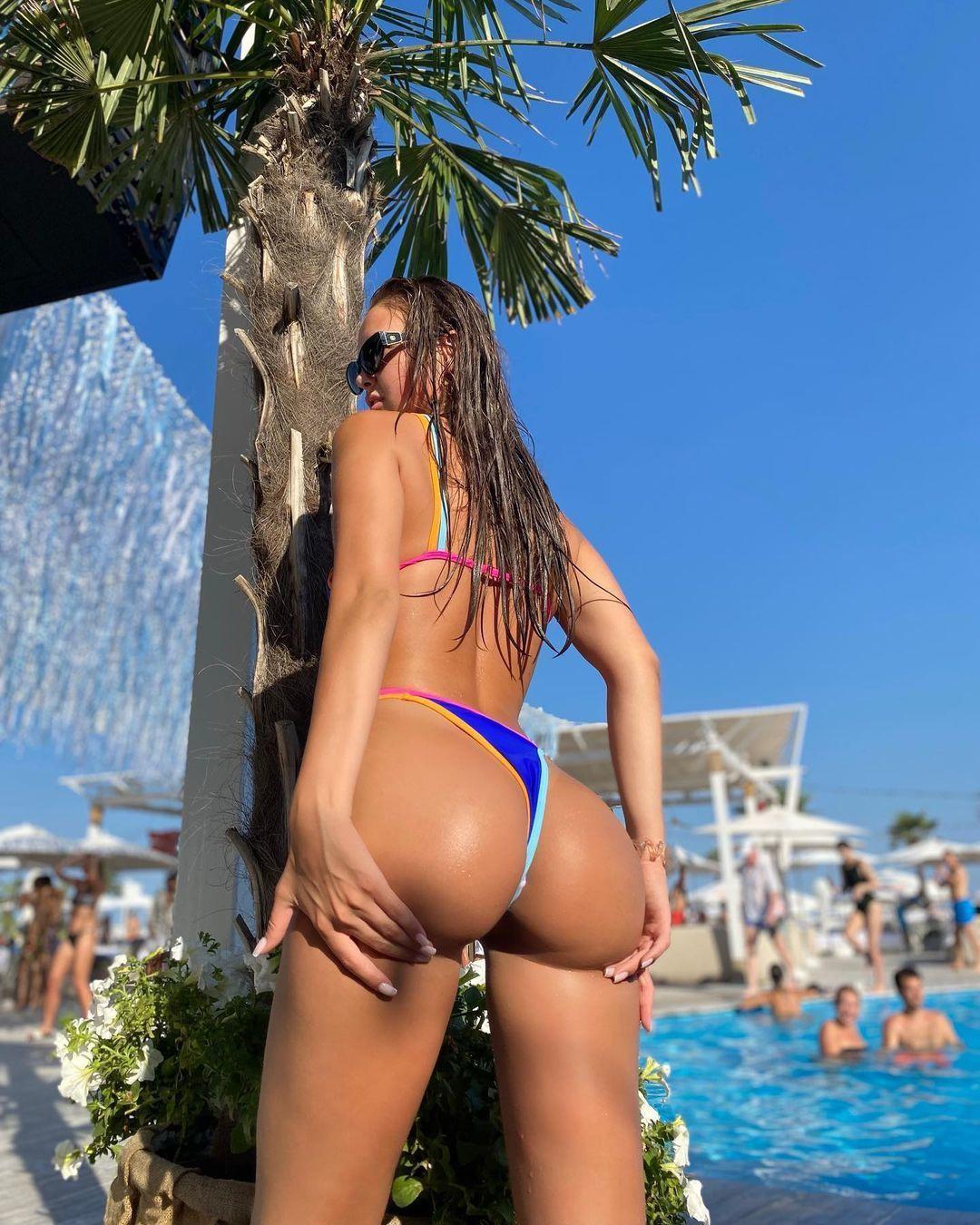 Молодуха трясёт задницей у бассейна