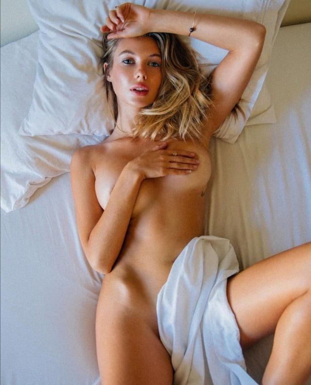 Возбуждённая сучка обнажённая в постели