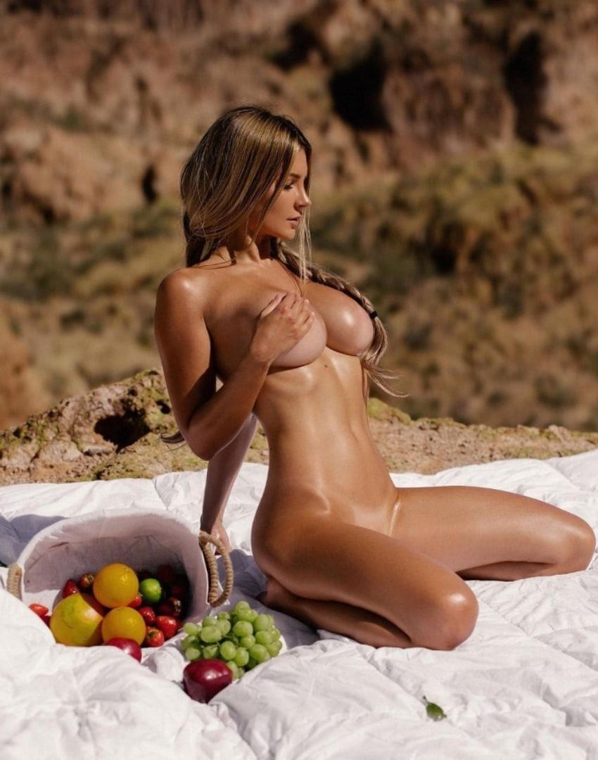 Улётная кокетка с красивой грудью загорает голая на пикнике