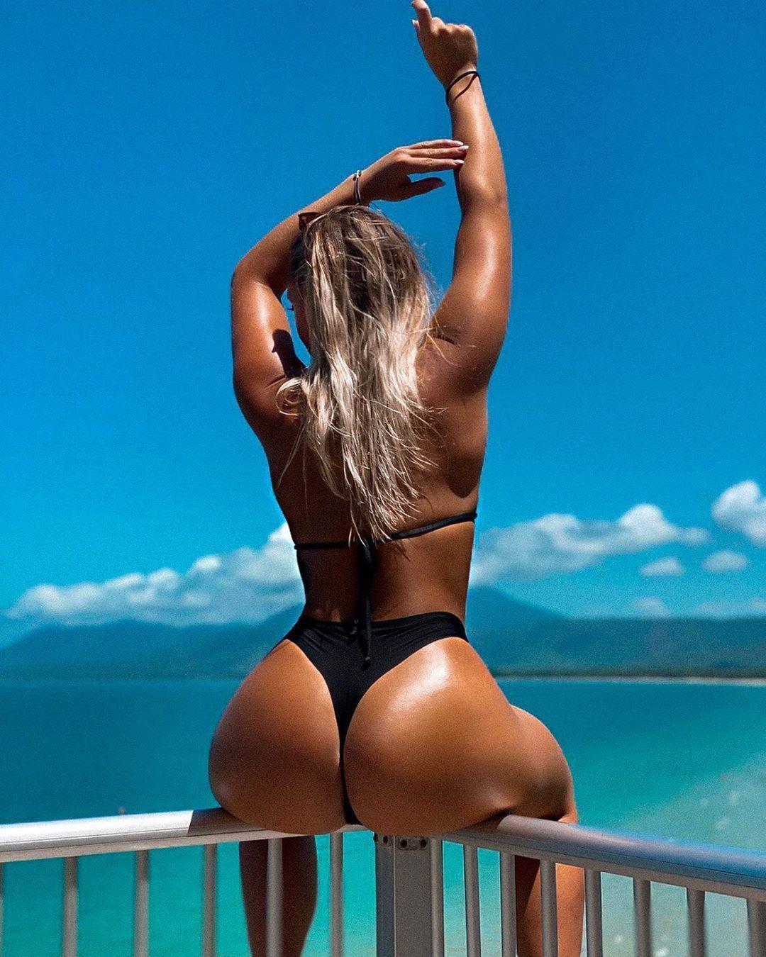 Шикарная загорелая блондинка на фоне моря
