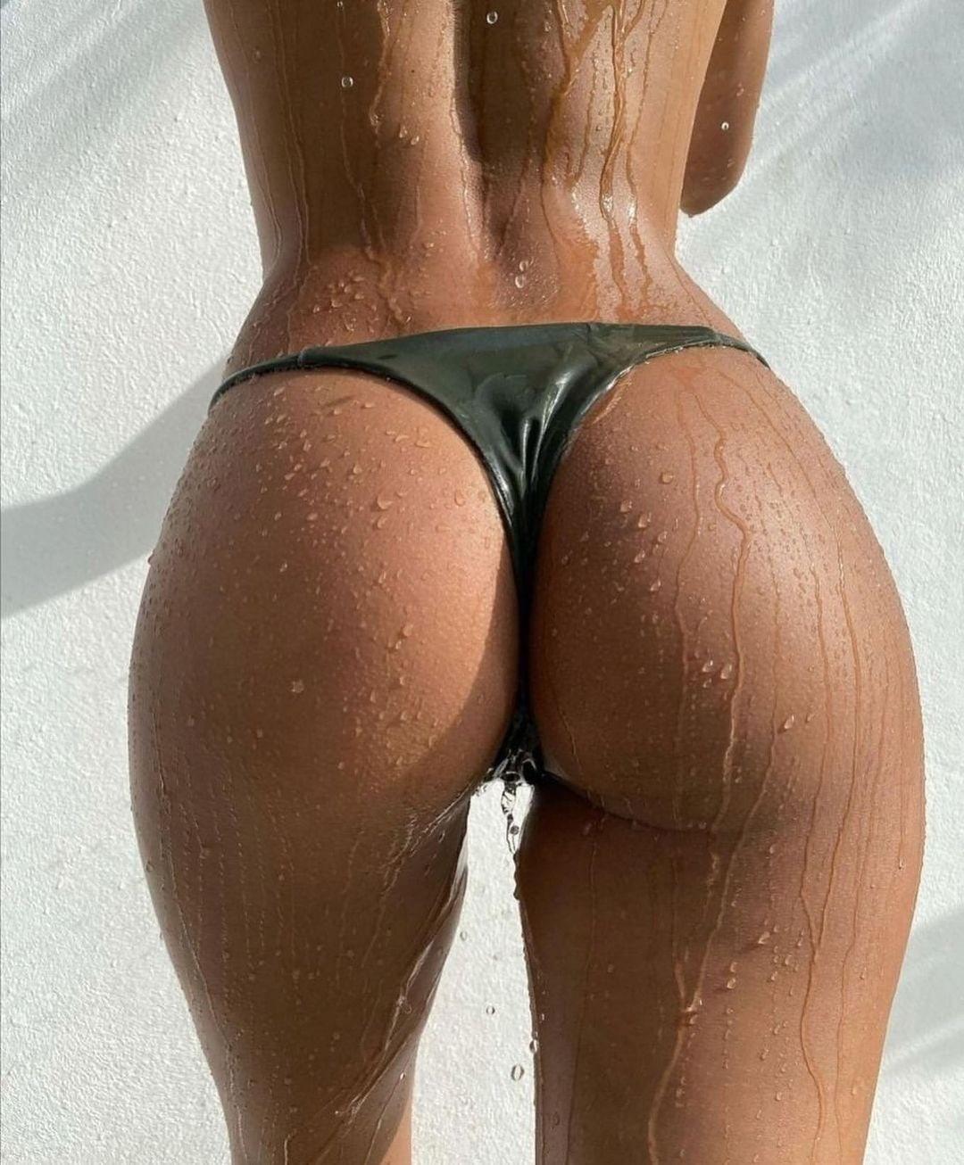 Стройная красотка принимает летний душ